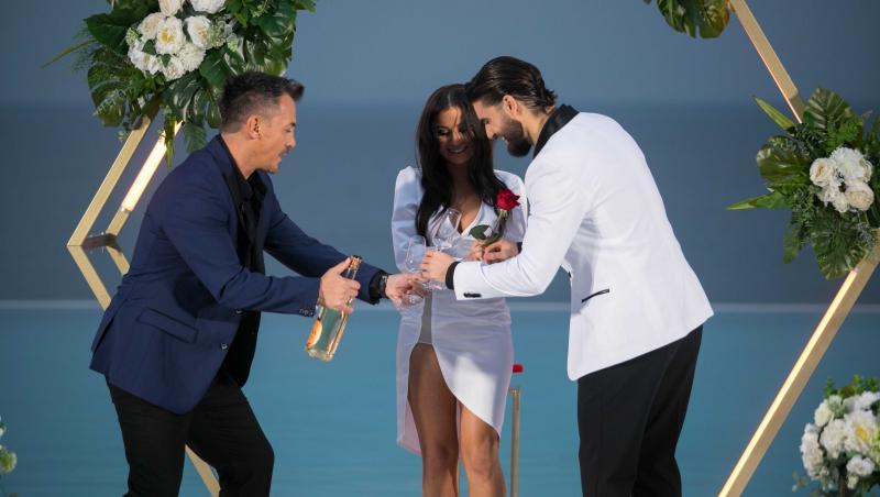 Andi Constantin, Răzvan Fodor și Ana Bene beau șampanie