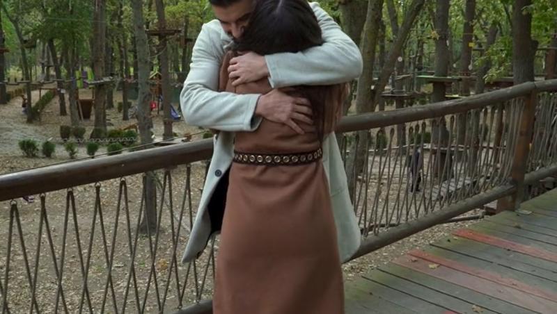 Andi Constantin și Ana Bene se îmbrățișează
