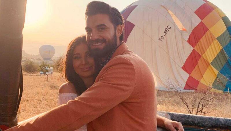 Andi Constantin și Ana Bene se îmbrățișează în balonul cu aer cald