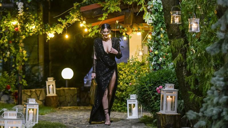Simona Bălăceanu într-o rochie neagră și lungă, cu crăpătură pe picior