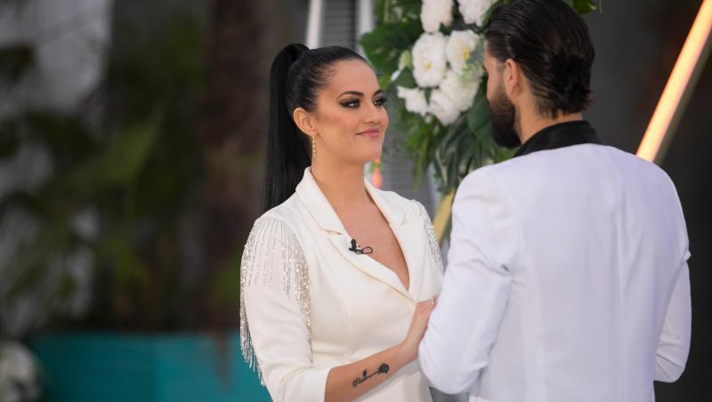 Simona Bălăceanu în haine albe, zâmbește