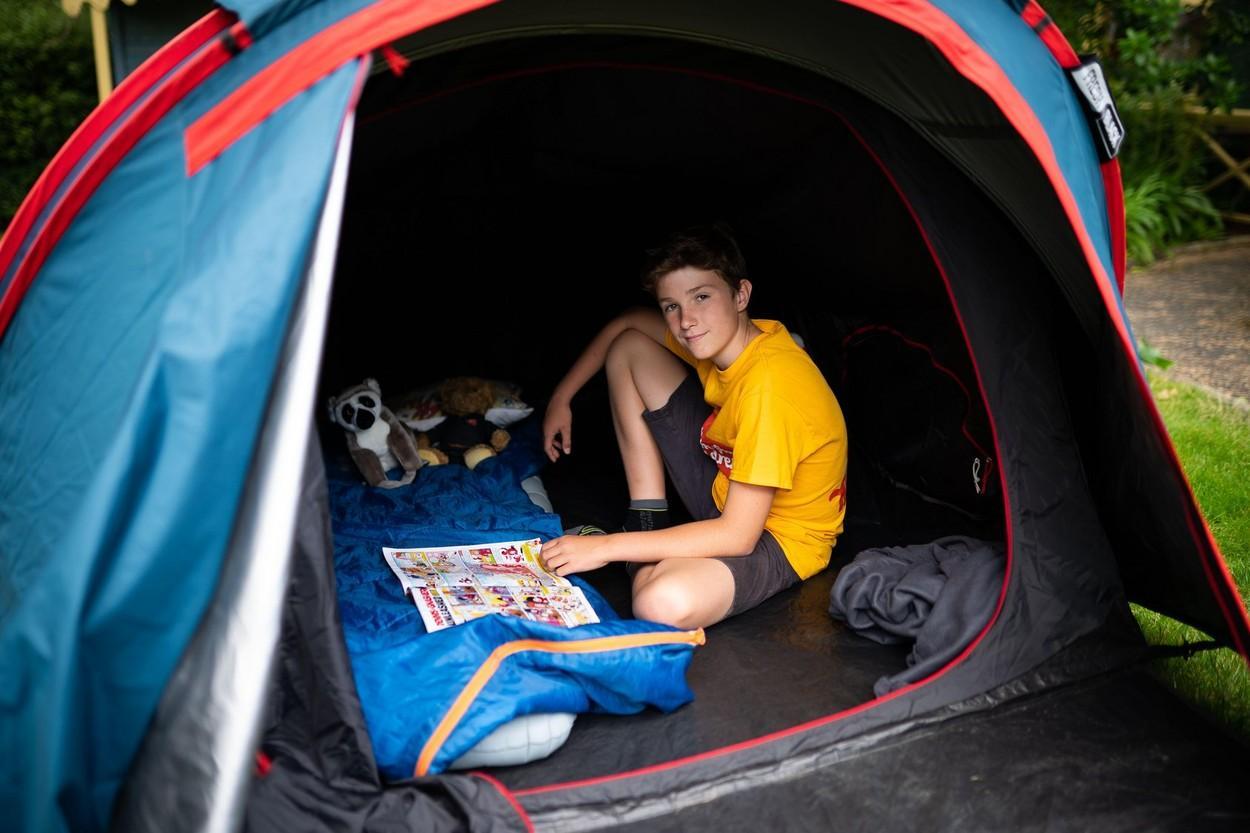 Max Woosey, băiatul care doarme în cort, de peste un an, ca să strângă bani pentru nevoiași. Spune, în glumă, că nu revine acasă