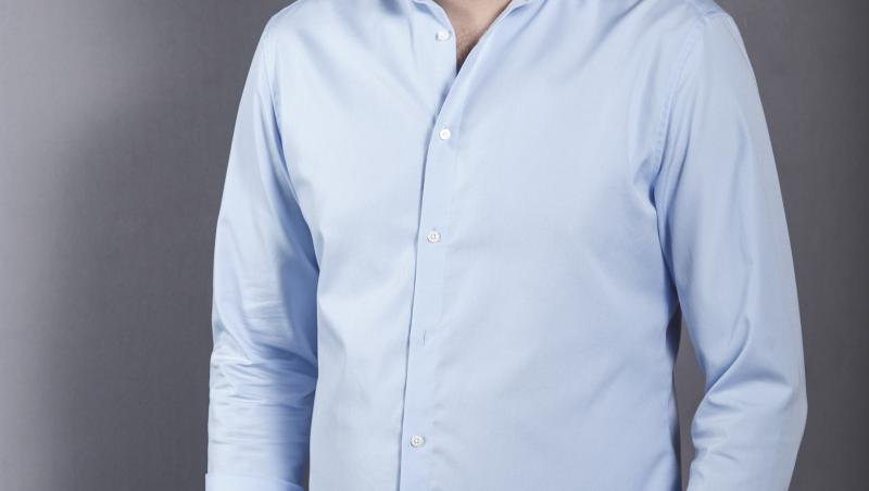 mihai jurca, imbracat in pantaloni si camasa bleu