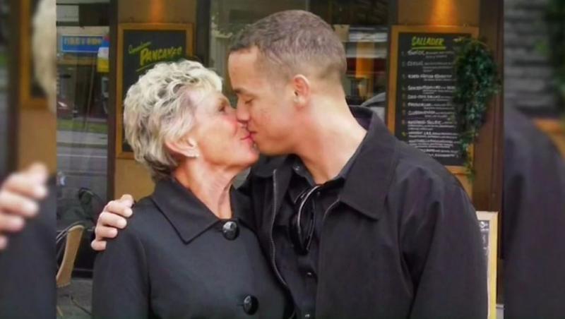 kyle jones si o femeie in varsta cu care se saruta