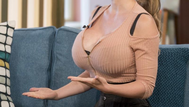 De la bust în sus Pixee Fox pare o femeie obișnuită, dar talia ei atrage toate privirile. Cum arată când stă în picioare