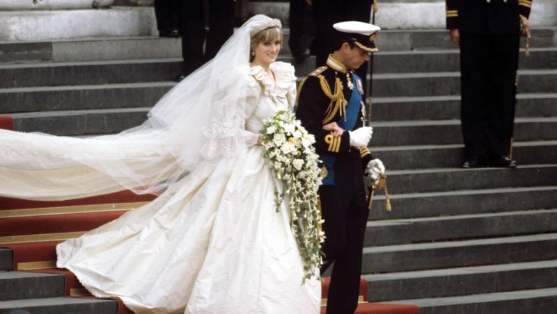 printesa diana și printul charles la nunta lor cand coboara scarile capelei