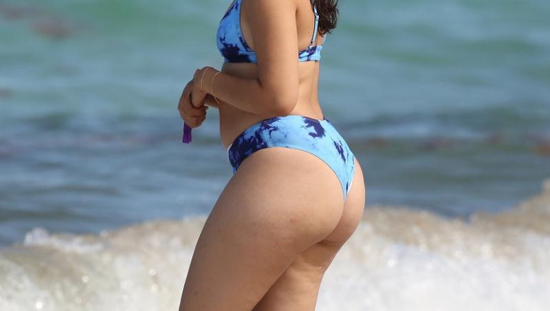 camila cabello intr-un costum de baie albastru la plaja, cu spatele