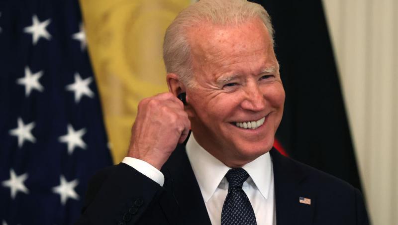 Joe Biden, îmbrăcat la costum, în prim plan