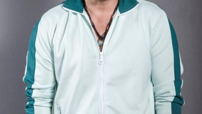 Răzvan Fodor, îmbrăcat într-o bluză sport, alb cu verde, cu mâinile în buzunare