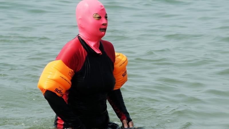 Individ purtând Facekini, în apă