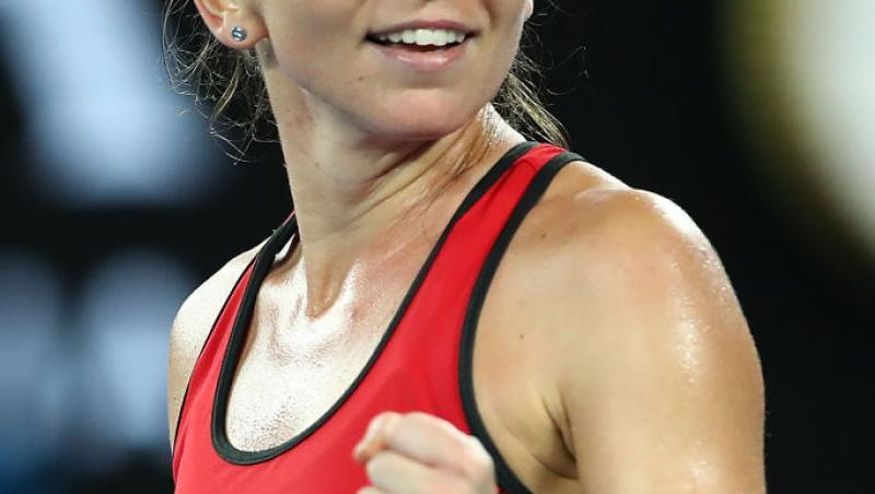 Simona Halep, într-un maiou roșu, pe terenul de tenis