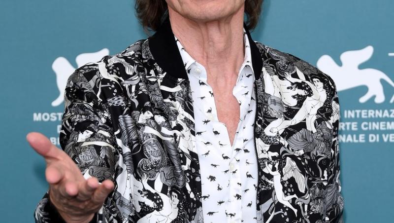 mick jagger in camasa alba si jacheta colorata, cu gri si negru