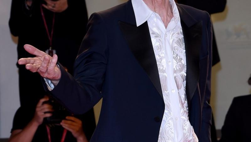 mick jagger in camasa alba si costum negru pe covorul rosu