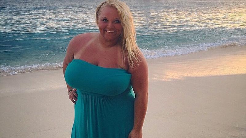 Casey Canaday pe vremea cand avea peste 170 de kilograme, intr-o rochie bleu, la mare