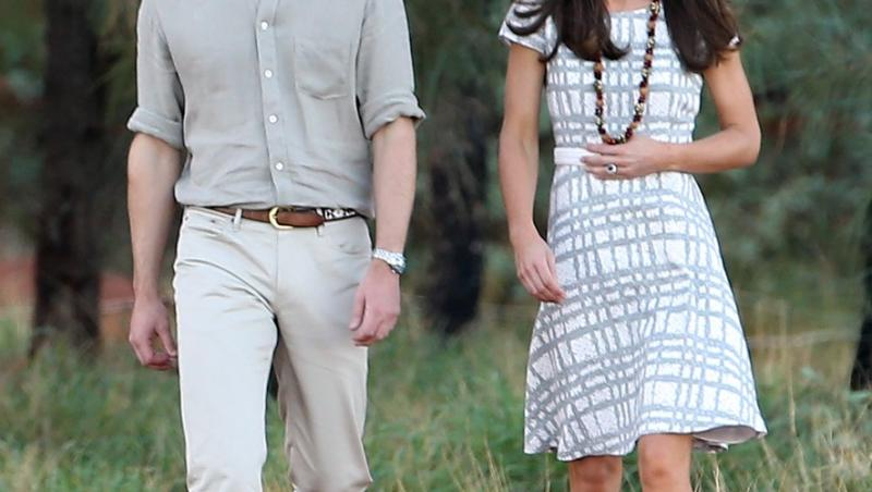 kate middleton intr-o rochie gri si printul william in pantaloni albi si camasa gri la plimbare