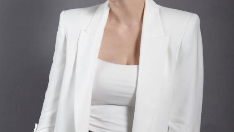 Alexandra Tudor, îmbrăcată în sacou alb și top alb