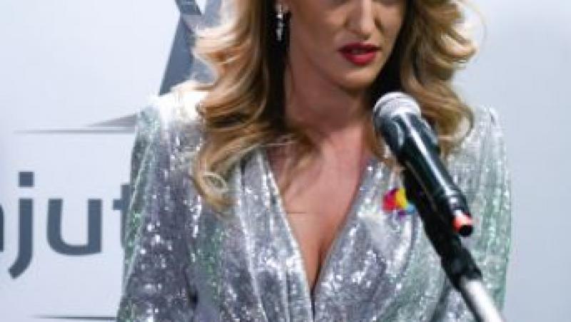Iuliana Pepene, într-o rochie argintie, în gala Ajut eu!