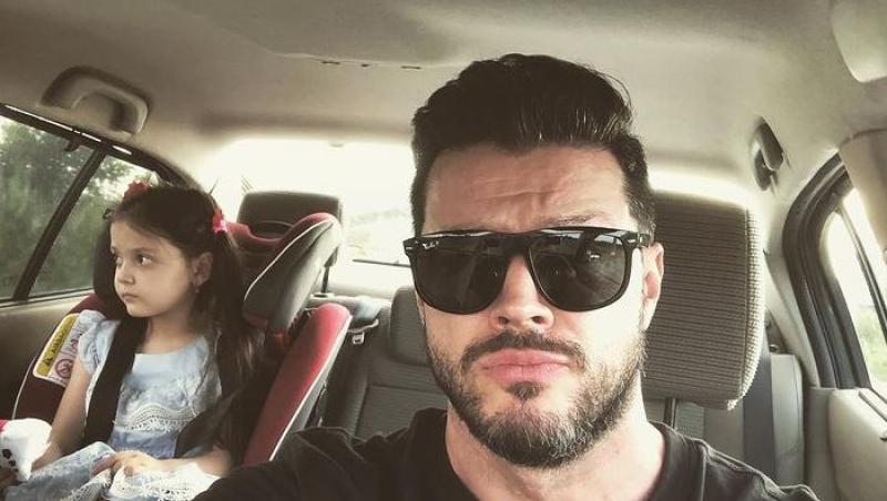 victor slav, selfie in masina cu fetita lui pe bancheta din spate, in scaun de copil