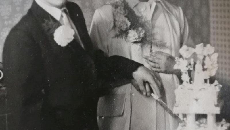 lynne si bert, poza alb-negru de la nunta, pe cand taiau tortul