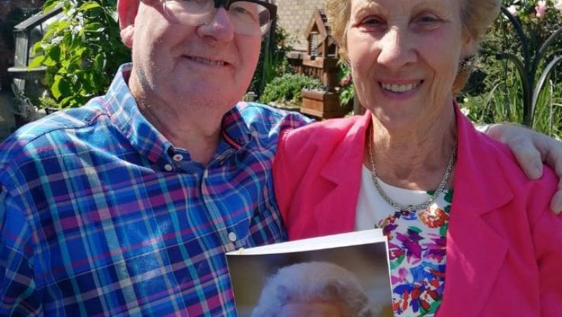 lynne si bert la aniversarea de 60 de ani de casnicie tinand in mana felicitarea de la regina