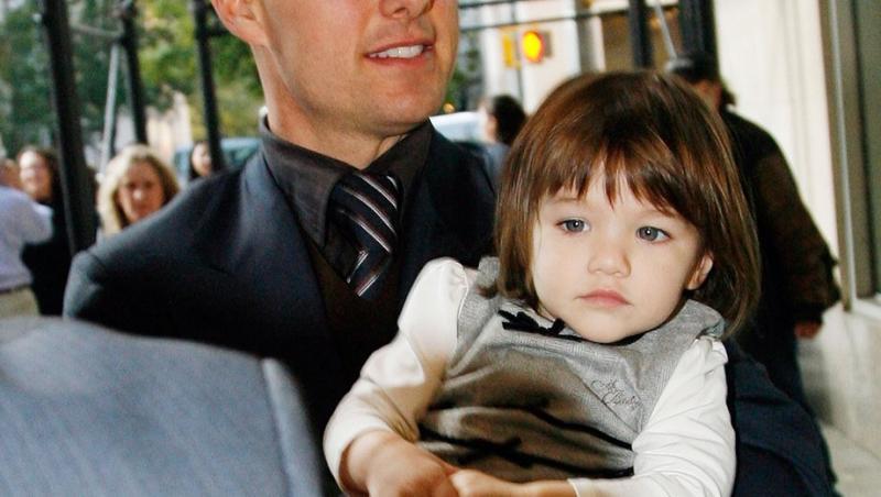 Tom Cruise își ține fiica în brațe