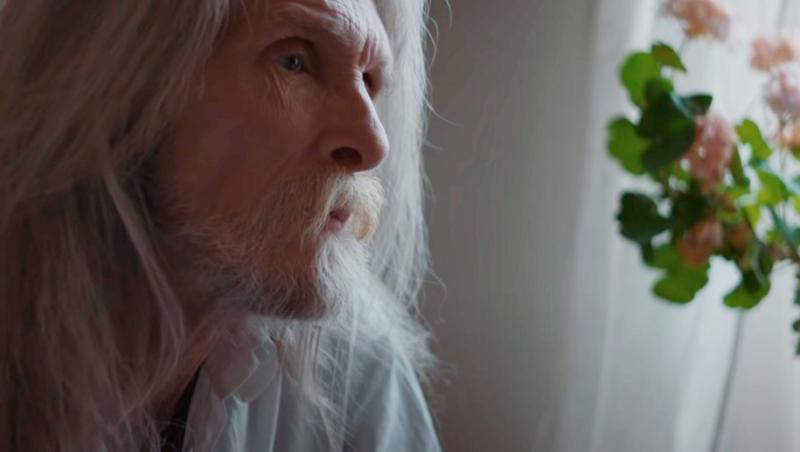 bjorn andresen batran, la 66 ani, cu par lung si alb si barba la fel