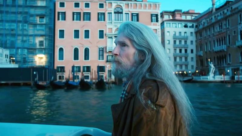 bjorn andresen batran, la 66 ani, cu par lung si alb si barba la fel, in oras, purtand o geaca maro