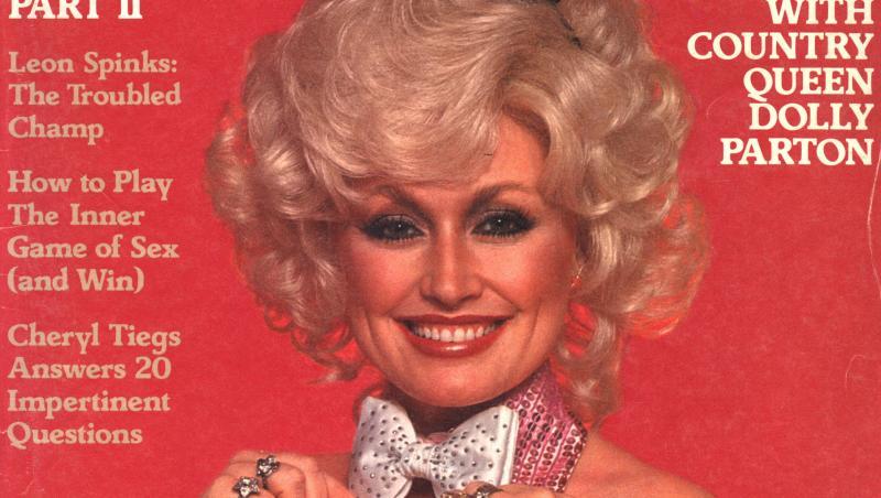 Dolly Parton pe coperta Playboy în 1978, fundal roșu, ea îmbrăcată într-un costum negru de iepuraș Playboy