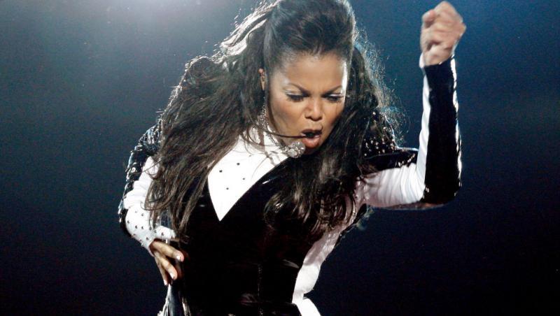 Janet Jackson, îmbrăcată de scenă, făcând mișcări de dans
