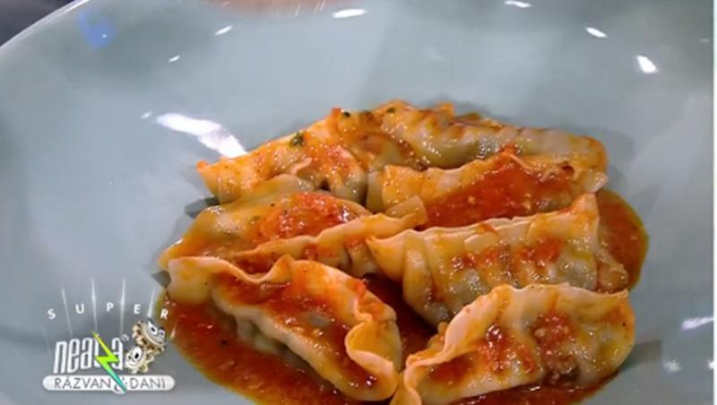 Colțunașii cu carne și legume se definitivează în sos de roșii
