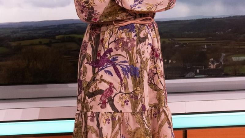 laura tobin, in rochie scurtă, in platoul unei televiziuni