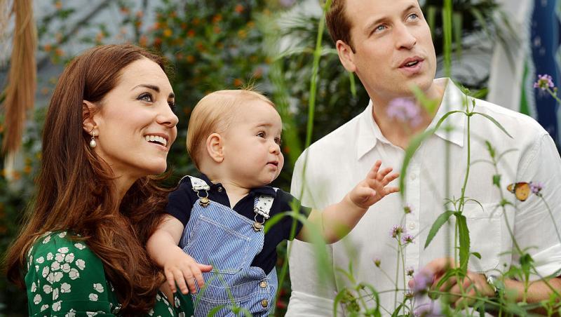 Ducii de Cambridge, cu Prințul George, ținut în brațe de mama lui, când acesta era bebeluș