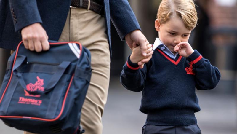 Prințul George, îmbrăcat frumos, ținut de mână