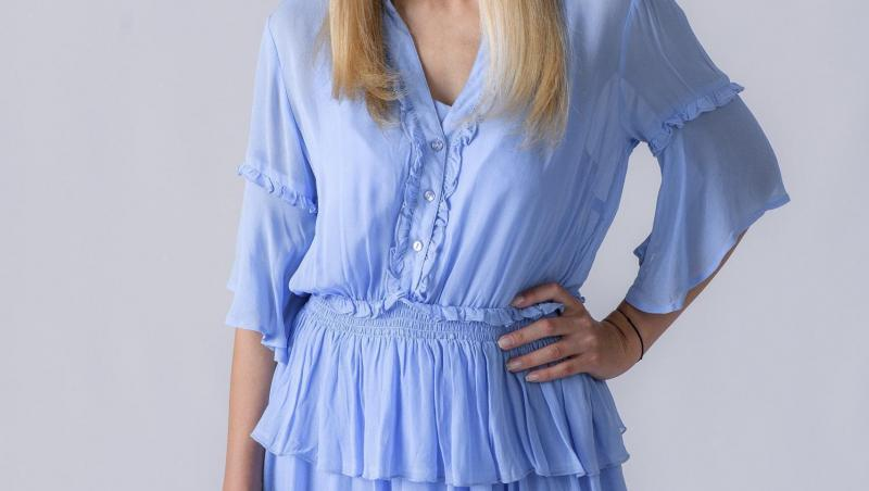 Andreea Ibacka intr-o rochie albastră