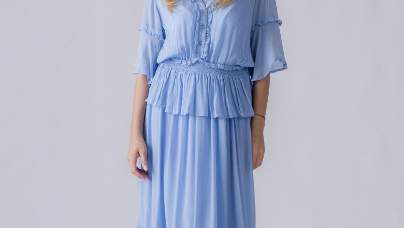 Andreea Ibacka intr-o rochie albastră și lungă