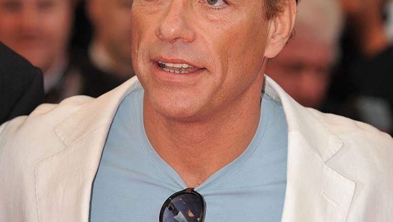 Jean Claude Van Damme, într-un sacou alb
