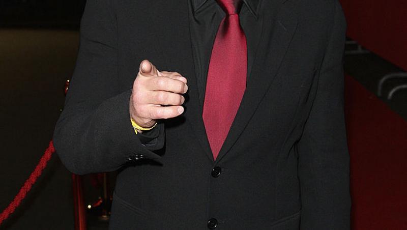 Jean Claude Van Damme, într-o cămașă neagră