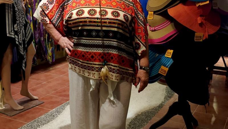 joan macdonald, inainte sa se apuce de fitness si sa slabeasca, in pantaloni gri si bluza cu modele