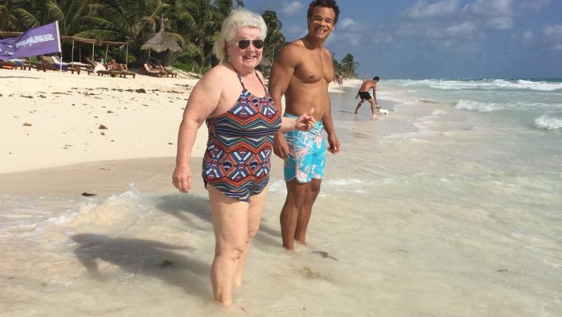 joan macdonald, in costum de baie la plaja, pe nisip, inainte sa se apuce de fitness