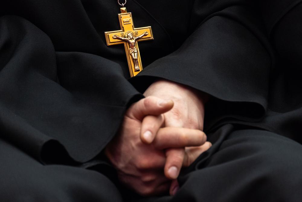 Un preot catolic, nevoit să se retragă din slujba bisericii după ce a fost descoperit pe o aplicație de dating