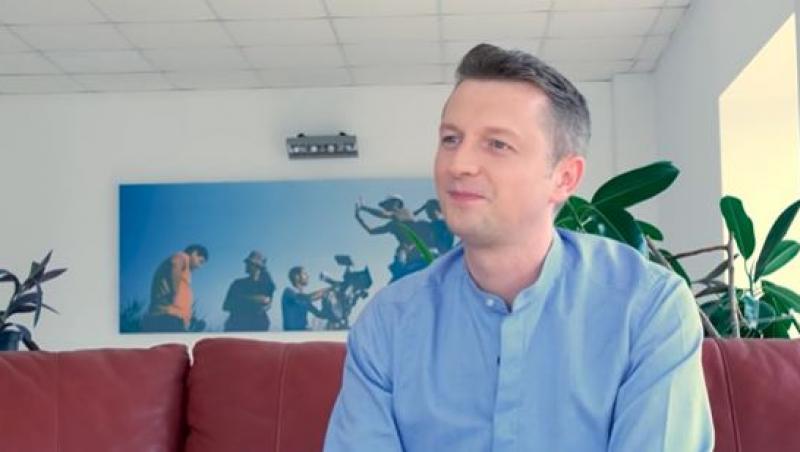 """Bogdan Alecsandru, în interviul """"Vara cu 100 de idei"""", îmbrăcat în cămașă"""