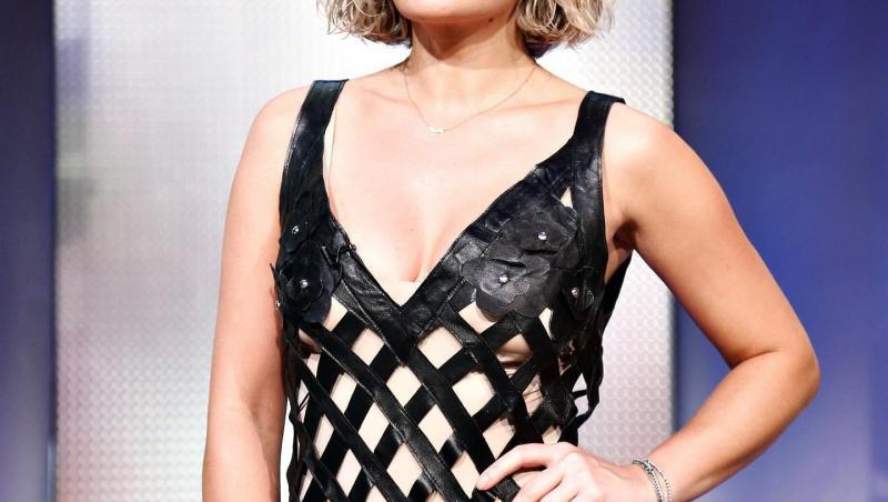 Gina Pistol într-o rochie din benzi negre