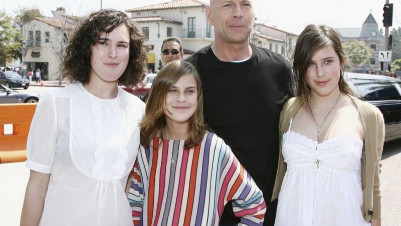 scout willis cu surorile si tatal lor cand erau mai mici