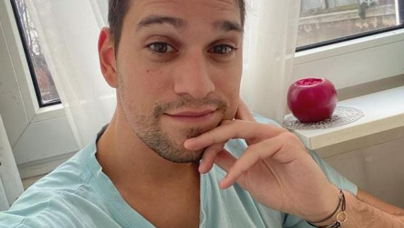vlad gherman selfie intr-un tricou bleu la fereastra