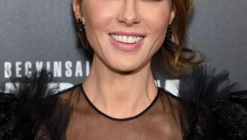 Kate Beckinsale, într-o ținută neagră, cu decolteu transparent, zâmbitoare