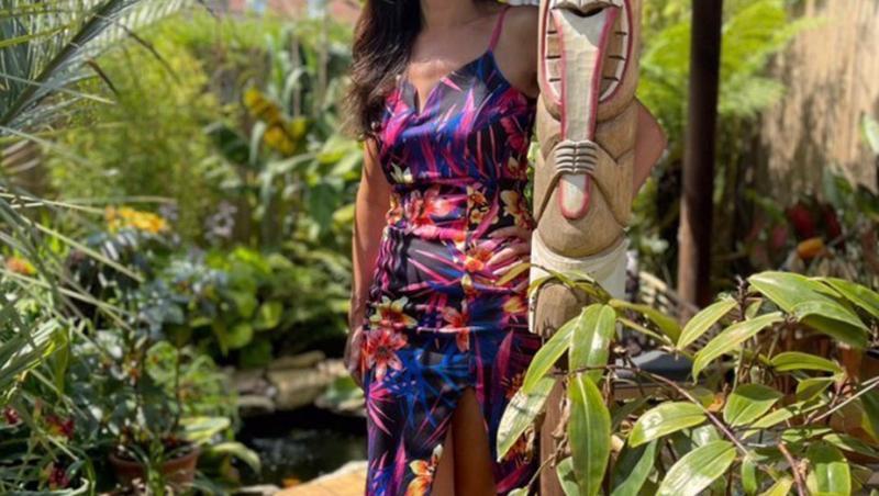 Anneka ensell, in rochie cu motive tropicale