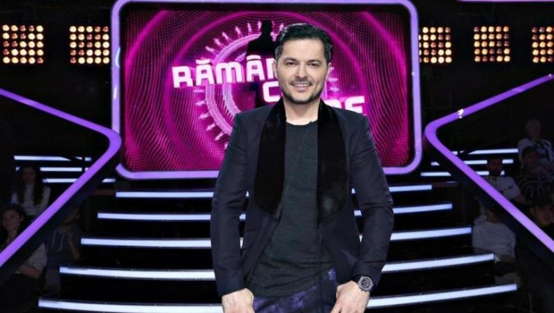 Liviu Vârciu în sacou negru, tricou negru și blugi albaștri