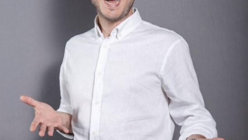 Șerban Copoț, într-o cămașă albă, zâmbitor