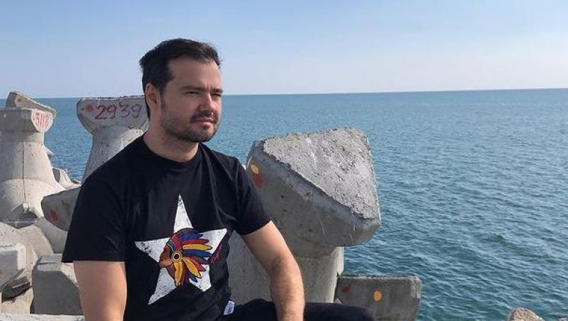laurentiu duta intr-un tricou negru pe stavilopozi la mare