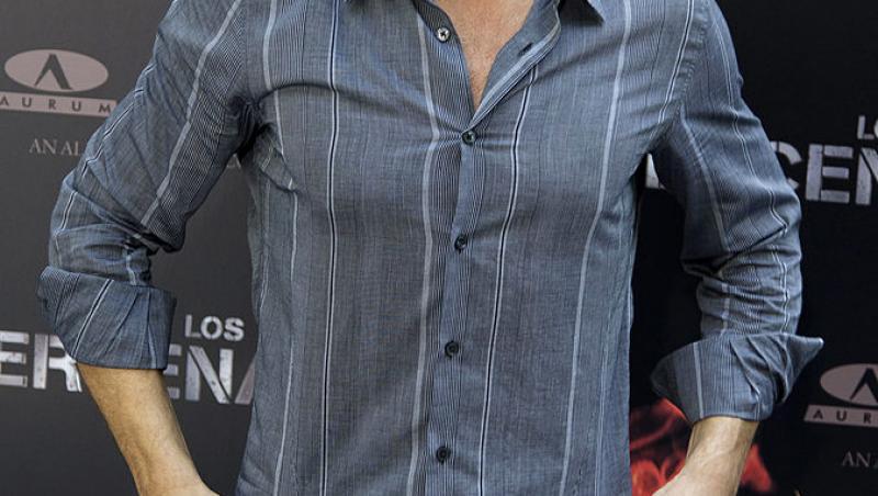Jean Claude Van Damme, într-o cămașă gri